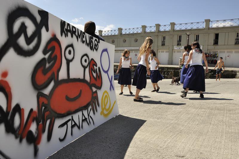 2012an dantza eta grafitiak izan ziren kaiko Karmengo jaietako hasieraren osagaietako bi. (Argazkia: Mikel Goñi).