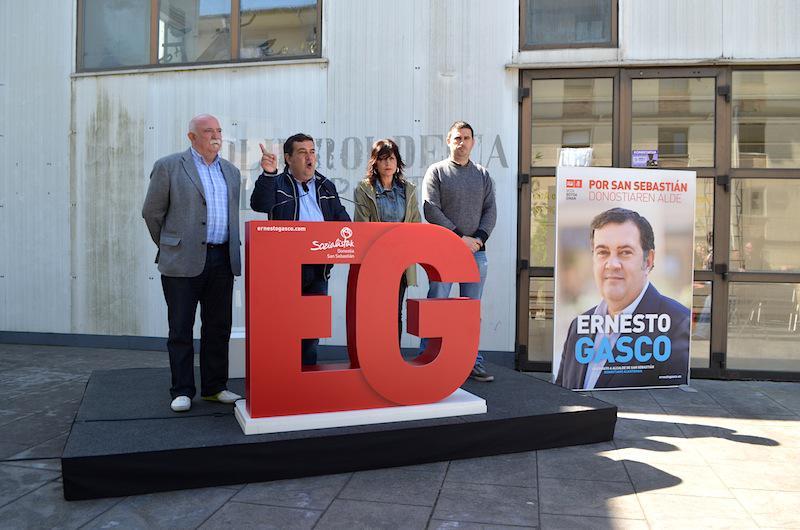 PSE-EEko alkatetzarako hautagai Ernesto Gasco Altzako polikiroldegian izan da. (Argazkia: Ane Urrutikoetxea)