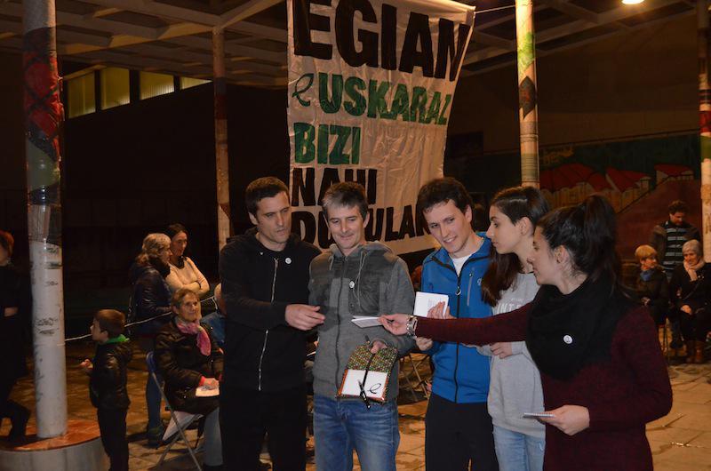 Egia Bizirik eta Trebeskako kideak, lekukoa hartzen, Egian Euskaraz Bizi Nahi Dugulako egitasmoaren baitan.