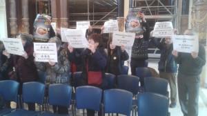 Errausketaren aurka protesta egin dute udalbatzarrean. (Argazkia: @HiriBizia/ Twitter)
