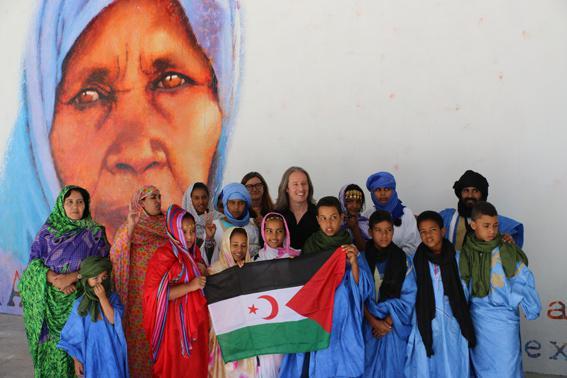 Saharar komunitateko hainbat kide, Tabakalerako hormako irudiaren aurrean. (Argazkia: Donostiako Udala)