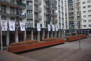 Amarakaldek elkarteak auzoko 17 danborraden estandarteak jarri ditu Armeria plazan. (Argazkia: Amarakaldek)
