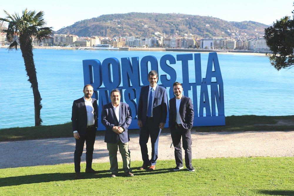 Agintariak 'Donostia-San Sebastian' instalazioaren aurrean, Miramar parkean. (Argazkia: Donostiako Udala)