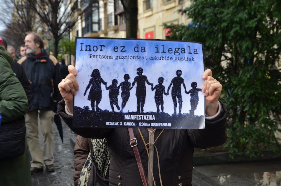 'Inor ez da ilegala' lelopean manifestazioa egin dute. (Argazkia: Irati Salsamendi)