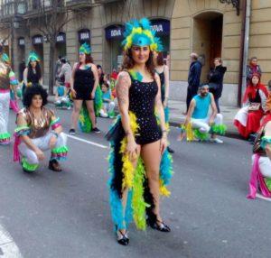 Maider Lopez, Inauterietako desfilean dantzatzen. (Argazkia: Denok Taldea)