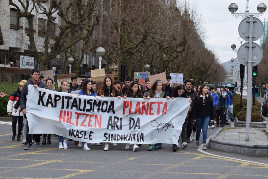 Ehunka ikaslek bat egin dute nazioarteko klima-aldaketaren aurkako grebarekin. (Argazkia: Irati Salsamendi)