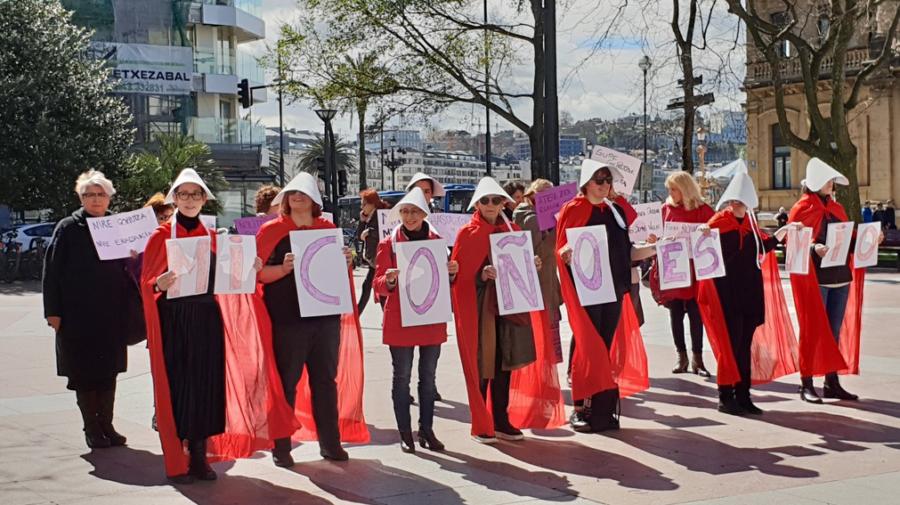 Euskadiko Emakumeen Mugimendu Demokratikoaren protesta Bulebarrean. (Argazkia: MDM Euskadi)