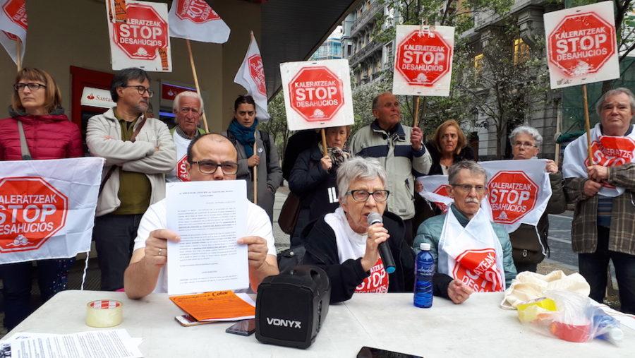 Stop Kaleratzeak plataformaren protesta, Santander bankuaren aurrean. (Argazkia: Irati Salsamendi)