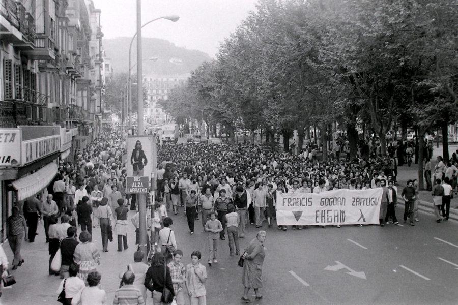 Francisco Vadillo Santamaria 'Francis' trabestiaren heriotza salatzeko manifestazioa Bulebarrean, 1979an. (Argazkia: EHGAM)