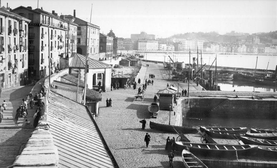 Donostiako kaia Urgull aldetik ikusita, 1900. urte inguruan. (Argazkia: G. Gonzalez Galarza / San Telmo Museoa)