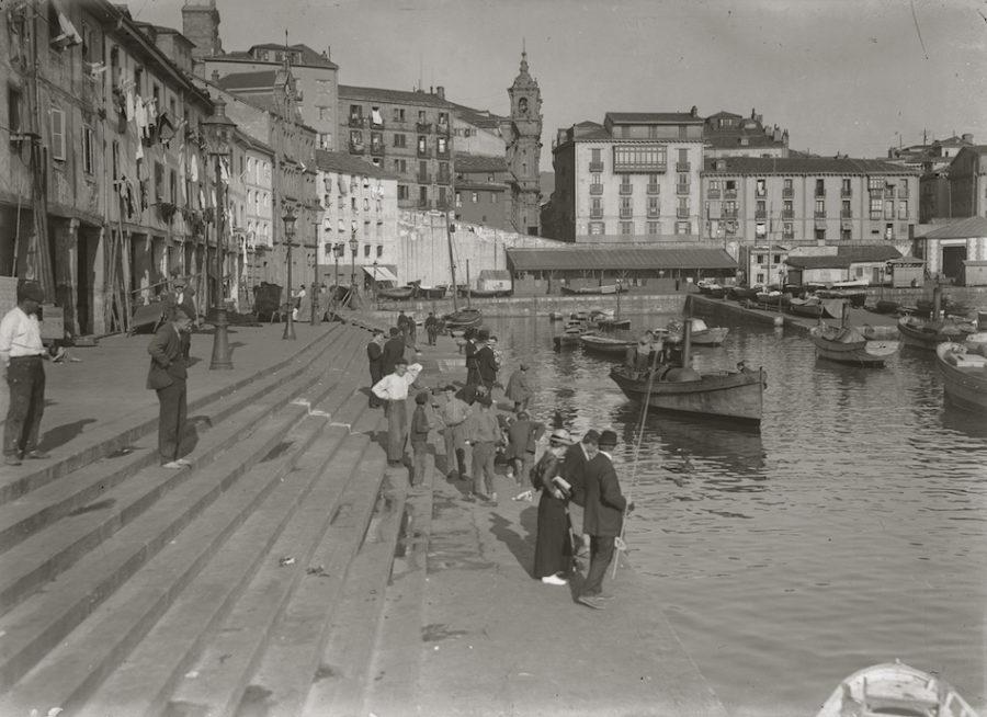 Jendea kaiko harmailetan bainatzen, 1920an. (Argazkia: G. Gonzalez Galarza)