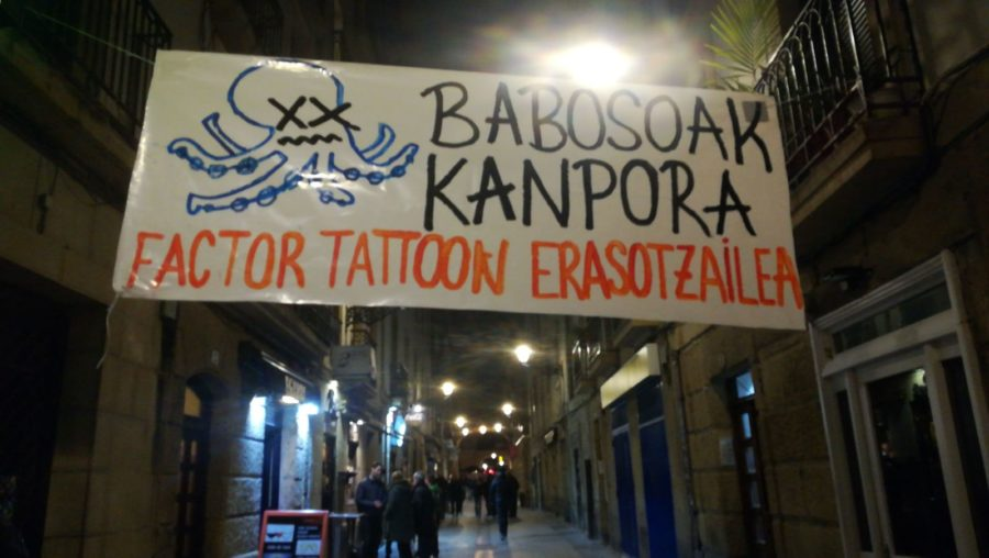 Bezero zituen hamalauemakumeri eraso egitea leporatuta atxilotutako tatuatzailearen aurkako pankarta. (Argazkia: Irutxuloko Hitza)