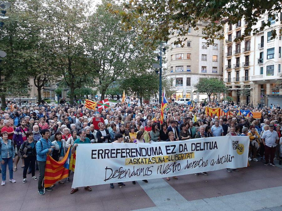 Gure Eskuk deitutako protesta, Kataluniako buruzagi sozial eta politikoen epaiaren aurka. (Argazkia: Irati Salsamendi)