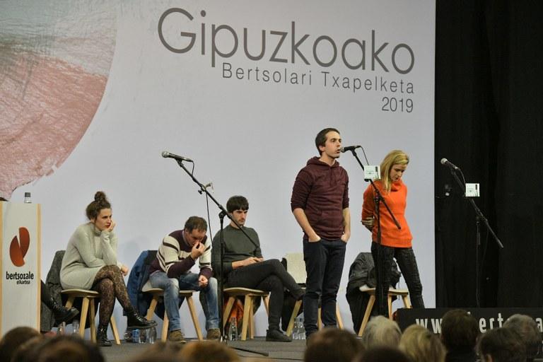 Beñat Gaztelumendi eta Alaia Martin, Gipuzkoako Bertsolari Txapelketako finalaurrekoan, Oiartzunen. (Argazkia: Bertsozale elkartea)