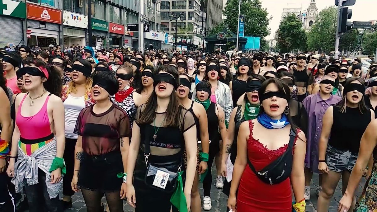 Txileko Las Tesis kolektiboaren 'Un violador en tu camino' performancea.