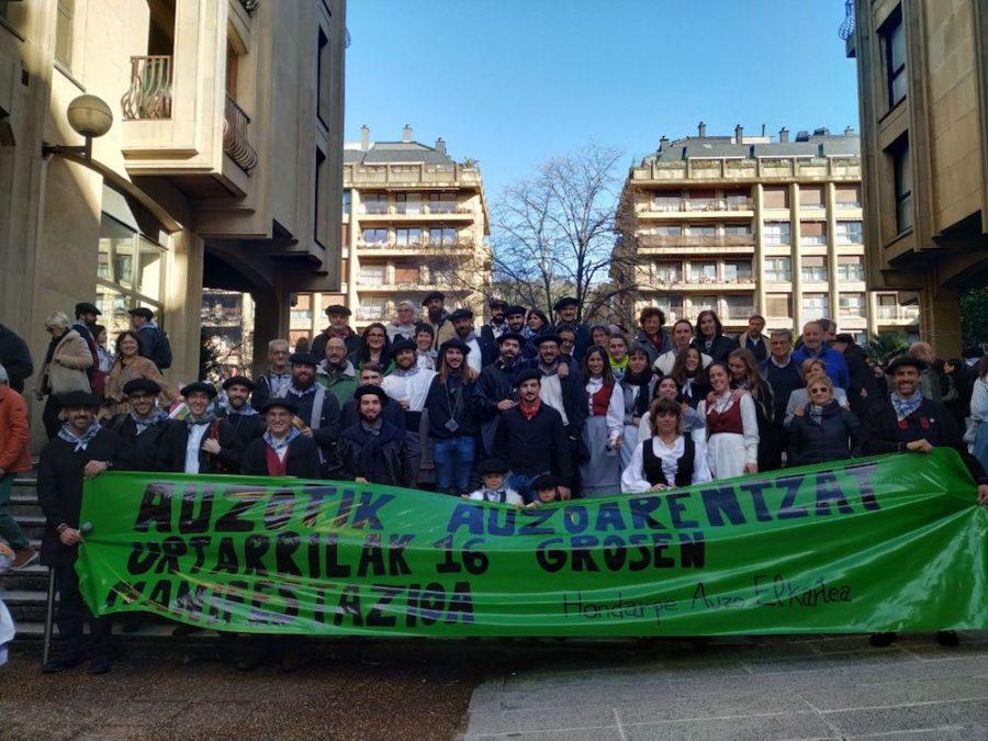 Argazki protesta egin zuten Groseko hainbat auzotarrek San Tomas egunean. (Argazkia: Groseko Jai Batzordea)