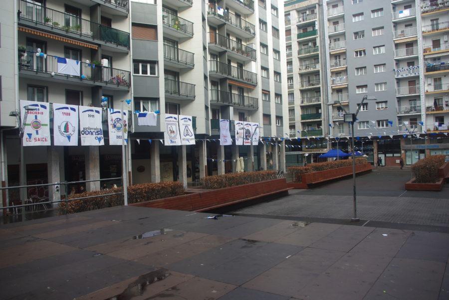 Amara Berri eta inguruetako danborraden estandarteak, Armeria plazan. (Amarakaldek)