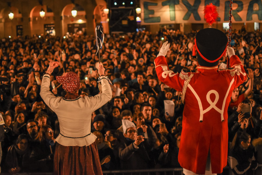 Ainhoa Olasagasti Urketari Nagusia eta Jose Ramon Mendizabal Danbor Nagusia, Konstituzio plazan. (Argazkia: Jon Xabier Zabala)