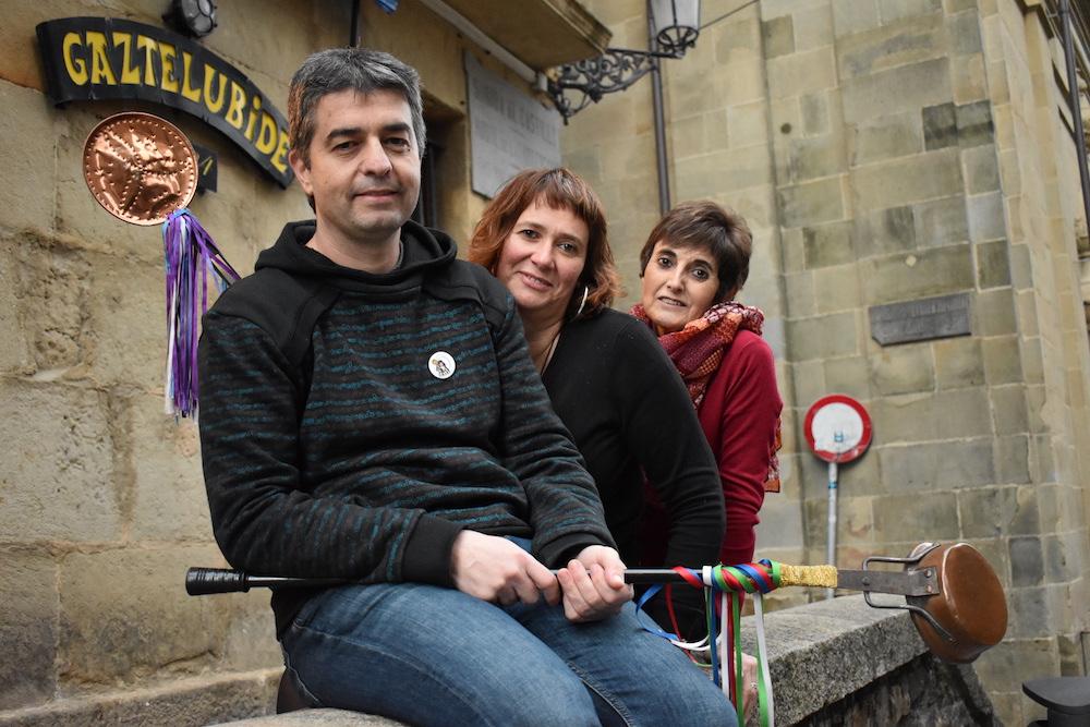Ibon Otaegi, Amaia Garin eta Gemma Pousa, Hungariako Kaldereroen Konpartsa Tradizionaleko kideak. (Argazkia: Irati Salsamendi)