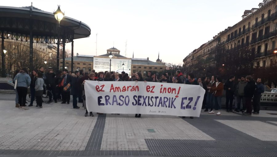 Amaran izandako eraso sexista salatzeko elkarretaratzea, Easo plazan. (Argazkia: Amarako Gazteak)