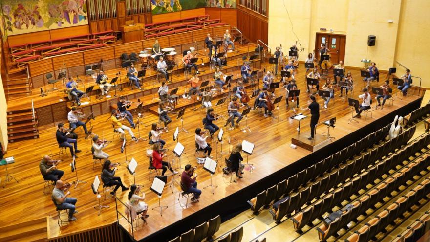 Konfinamenduaren ondorioz bi hilabetez elkarrekin lan egin gabe egon ondoren, gaur egin du lehen entsegua Euskadiko Orkestrak. (Argazkia: Euskadiko Orkestra)