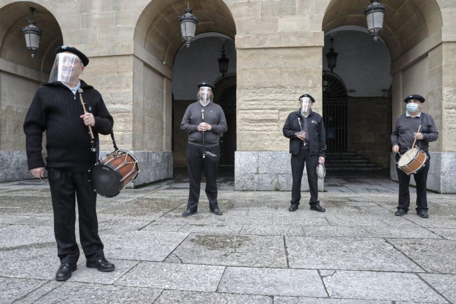 Udaleko Txistulari Taldeak Konstituzio plazan hasi eta amaitu du igandeko diana. (Argazkia: Joseba Parron)