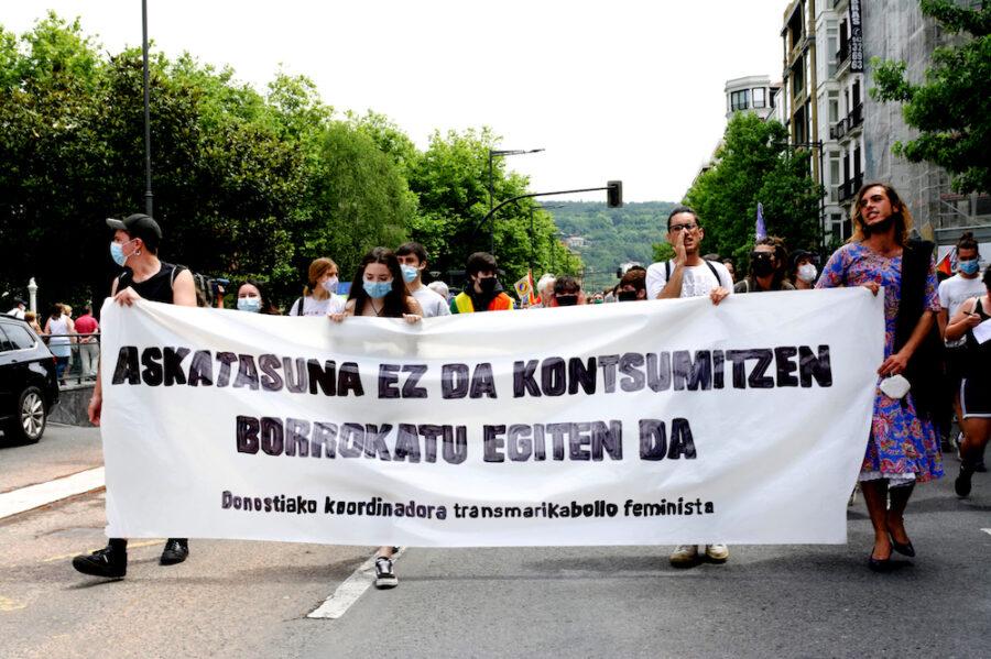 'Askatasuna ez da kontsumitzen, borrokatu egiten da' lelopean manifestazioa egin dute LGTBI+ Kolektiboaren Nazioarteko Egunaren harira. (Argazkia: Bipin Salsamendi Lozano)