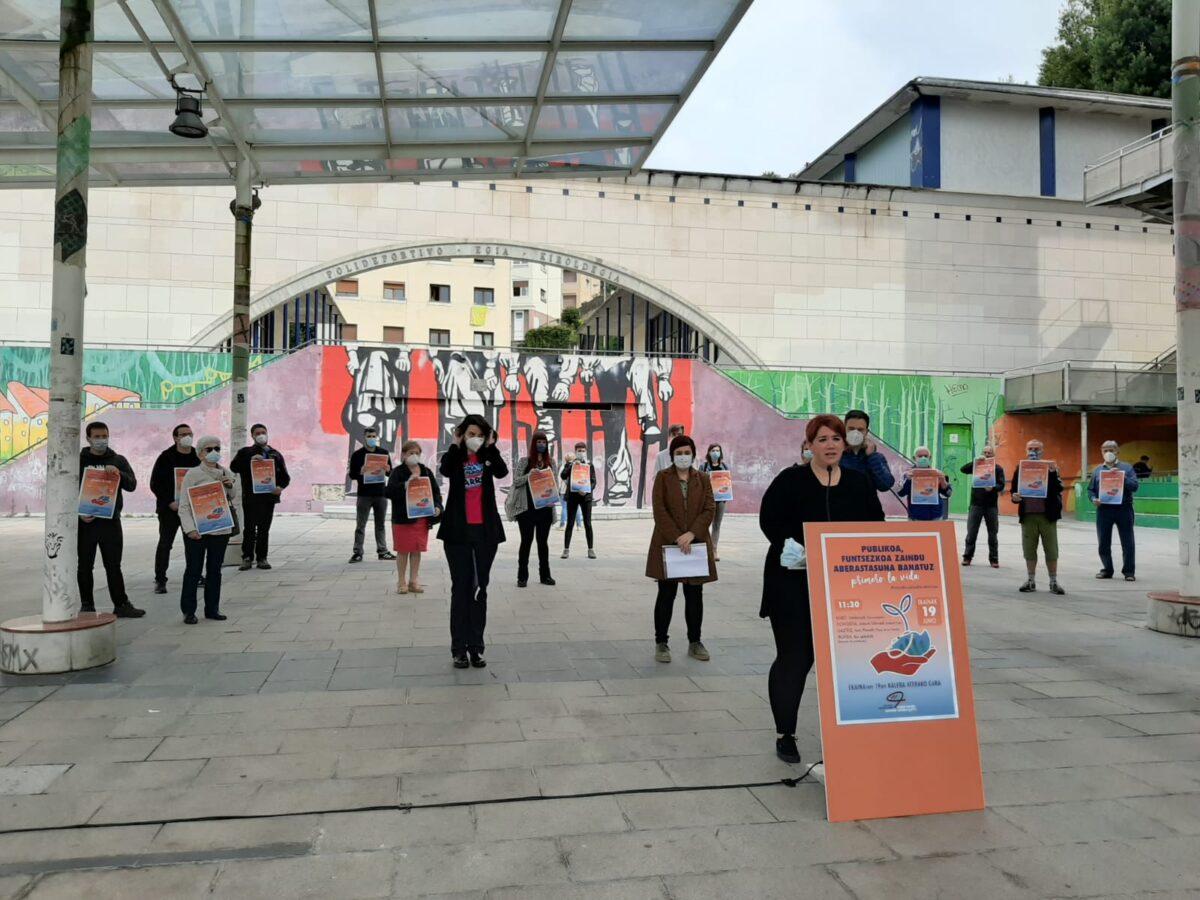 Euskal Herriko Eskubide Sozialen Kartak ekainaren 19rako mobilizazioak iragartzeko agerraldia egin du Plaza Haundin. (Argazkia: Irati Salsamendi)
