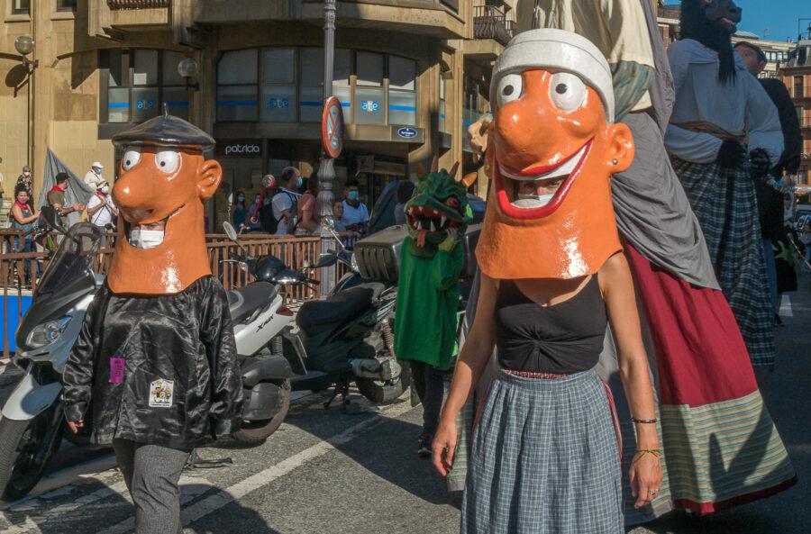 Zipotz eta Legami, Groseko Zipotz jaietako festa herrikoien aldeko kalejiran. (Argazkia: Paul Garcia)