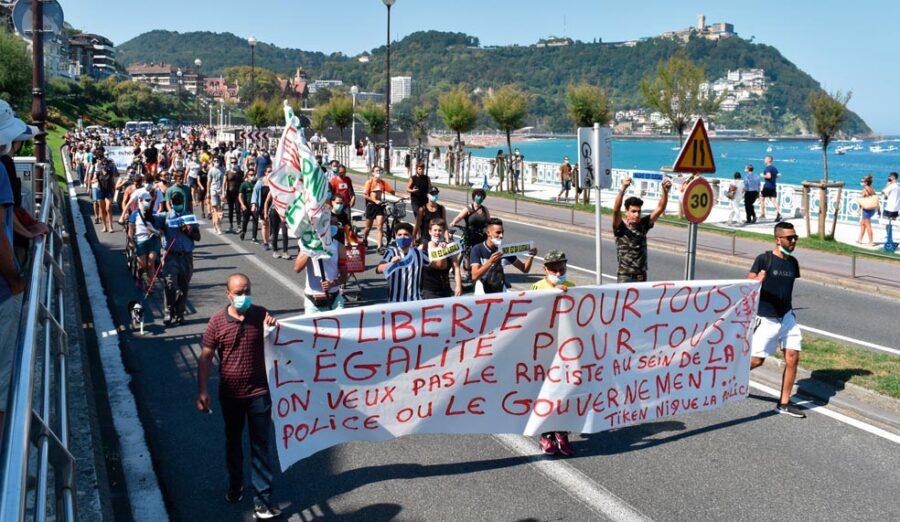 Infernuan bizi diren pertsonen eskubideen aldeko manifestazioa, Kontxa pasealekuan. (Argazkia: Beñat Parra Rodriguez)