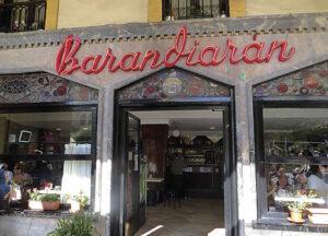 Neoi gorrizko errotulua Barandiarandarrek jarri bazuten ere, Mauméjean beirateak 1925eko Café Parisek bazituen. (Argazkia: Ancora elkartea)