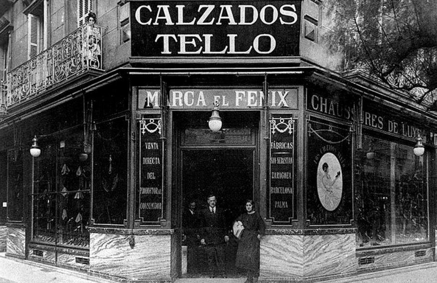 Miguel Tello, 1930ean, Urbieta kaleko dendaren atarian. (Argazkia: Revista San Sebastian)