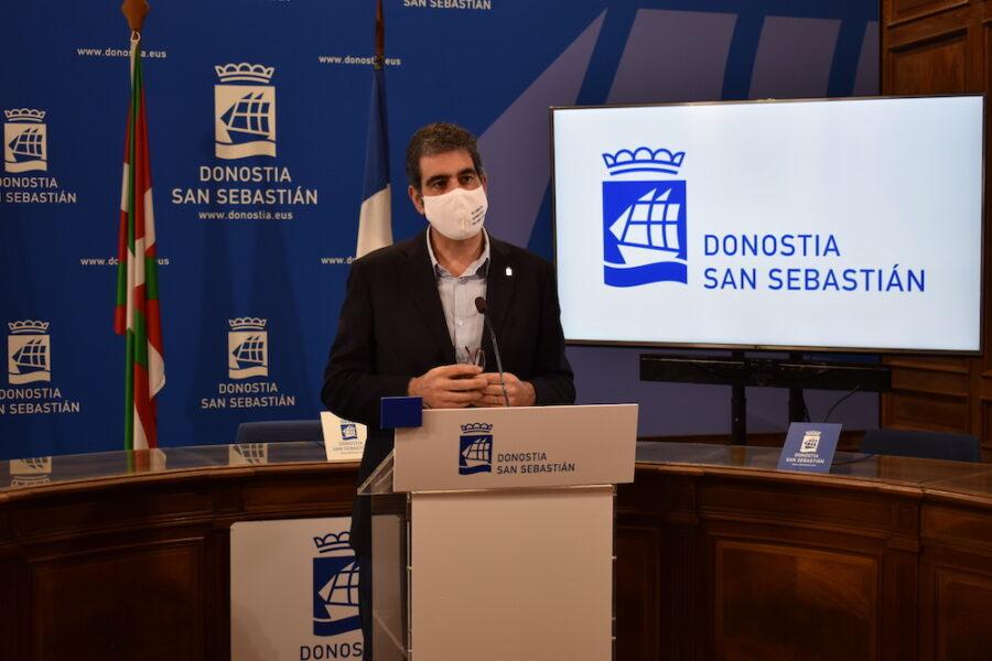 Eneko Goia Donostiako alkateak azaldu ditu aldaketak. (Argazkia: Mikel Elkoroberezibar Beloki)