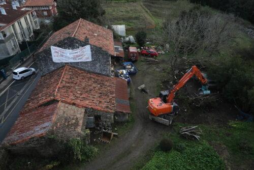 Atzo goizean, hondeamakinak eraiste lanetan hasi ziren Txanpuene baserrian. (Argazkia: Joseba Parron San Sebastian)