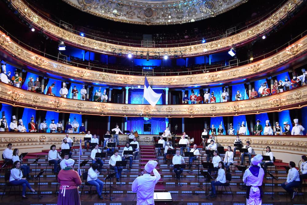 Juan Jose Ocón da Musika eta Dantza Eskolako irakasleek osatu duten orkestrako zuzendaria. (Argazkia: Mikel Elkoroberezibar Beloki)
