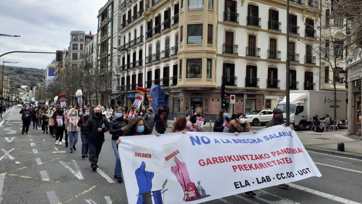 200 pertsona inguru izan dira gaur eguerdiko manifestazioan. (Argazkia: ELA)