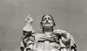 Urgull mendiko Jesusen Bihotza Pedro Muguruza arkitekto frankistak eraiki zuen. (Argazkia: Paco Marín / Kutxa Fototeka)