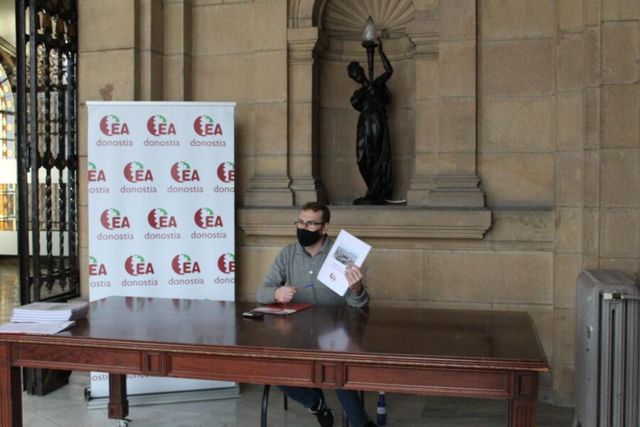 Jabier Estebanez 'Gorri' EAko tokiko koordinatzaileak aurkeztu du 'Nahi dugun Donostia' dokumentua. (Argazkia: Donostiako EA)