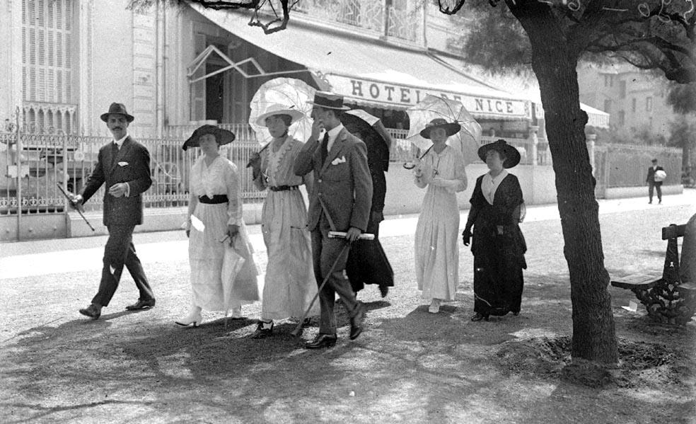 Zenbait pertsona, Niza hotelaren aurrealdean, 1915ean. (Argazkia: Ricardo Martin / Kutxa Fototeka)