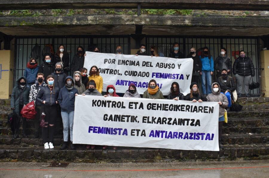 Mugimendu feminista eta antiarrazistak larunbatean egindako prentsaurrekoko irudia. (Argazkia: Nerea Lizarralde)