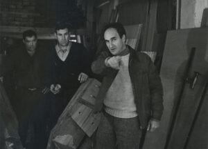 Bereziartua (erdian) eta Txillida (eskuinean) 'Abesti gogorra'-ren konponketak egiten, 1980. urtearen inguruan. (Argazkia: Walter Dräyer / Eduardo Txillidaren artxiboa)
