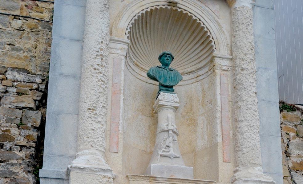 Kaian Aita Mariren omenez dagoen bustoa, Jose Goikoa arkitektoak 1901ean egindakoa. (Argazkia: Lide Ferreira)