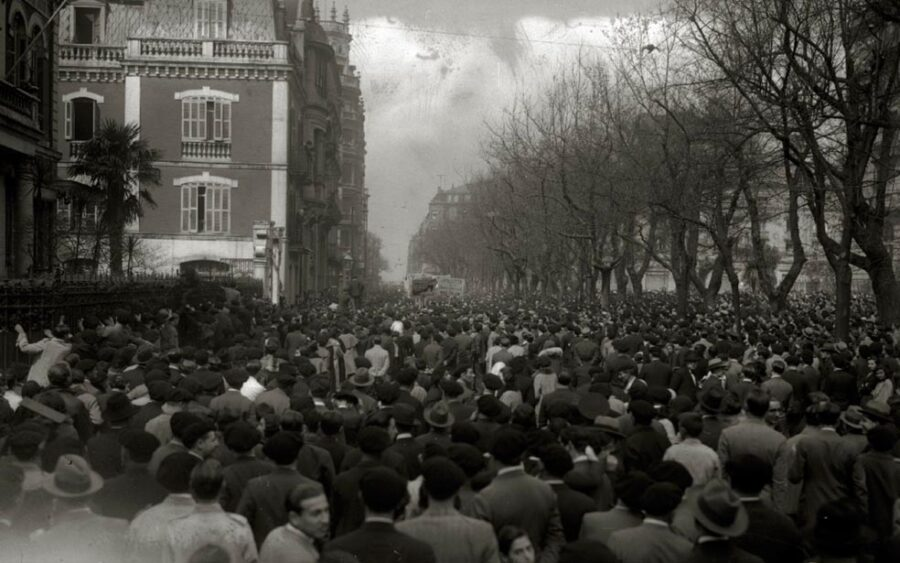 1931ko manifestazio errepublikazale bat, Okendo kalean zegoen Gobernu Zibilaren egoitzaren ondoan. (Argazkia: Martin Ricardo / Kutxa Fototeka)