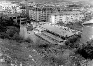 Egungo Plaza Haundi, 1984an: Marmoles Cantabriaren eraikina hutsik. (Argazkia: Mikel Gaska / Gordegia)