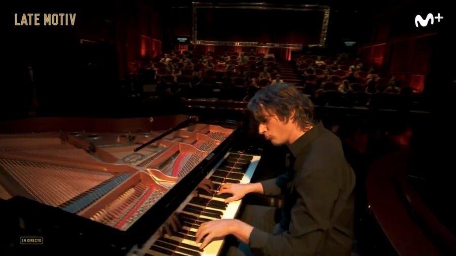 Mikel Azpiroz pianoa jotzen, Buenafuenteren saioan. (Argazkia: Movistar+)