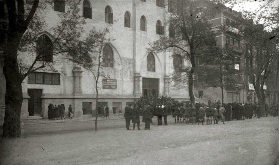 Egiako frantziskotarren elizaren kanpoaldea, 1935ean. (Argazkia: Pascual Marin / Kutxa Fototeka)