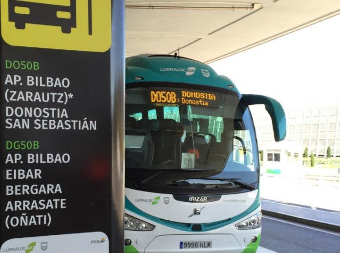 Donostiara doan autobusa, Loiuko aireportuaren kanpoaldean. (Argazkia: Hitza)