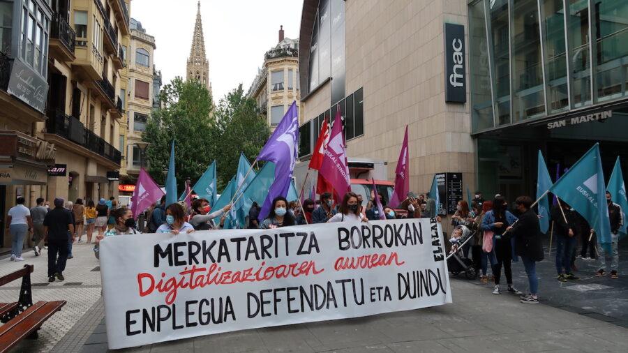 Saltoki handietako langileek manifestazioa San Martin merkatuaren ondoan hasi eta bukatu dute. (Argazkia: Mikel Elkoroberezibar Beloki)