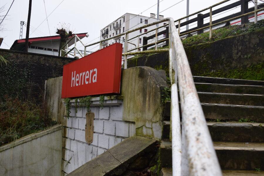 Herrerako Renferen aldiriko tren geltokia. (Argazkia: Inaxio Esnaola)