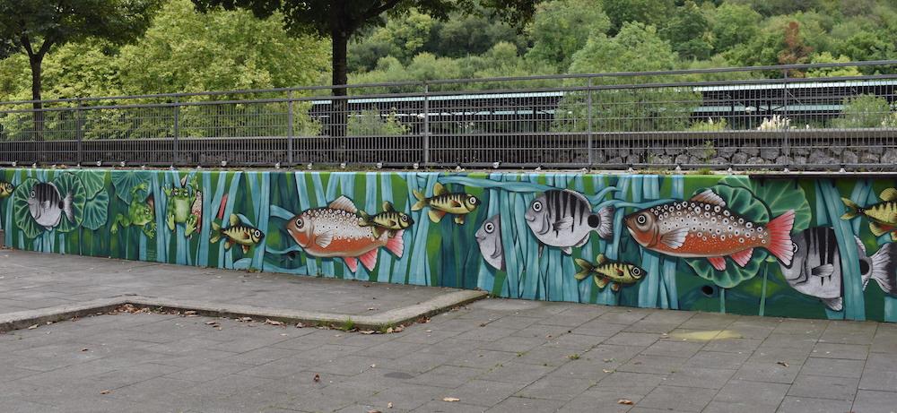 Aitziber Alonso artistak margotutako murala, Urumea ibaiko arrain eta igelekin. (Argazkia: Idaira Agirregomezkorta)
